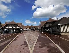 Deauville - place du March (francis_erevan) Tags: maison march normandie colombages pavs place