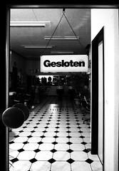 Gesloten (Isengardt) Tags: Friseur Hairdresser Kacheln Fliesen Monochrome  Monochrom Gesloten Geschlossen Closed Night
