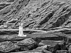 Escena en el Flysch. (Luis M) Tags: escenasdeverano escenasdelavida retrato novia flysch zumaia rocas marcantbrico mar