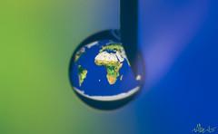 Una inyección de vida (Pirulero) Tags: world blue macro verde green water azul agua waterdrop map drop alberto gota mapa mundo minimalist minimalista muñoz jeringuilla aguja ojeda retofs1
