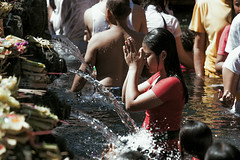pray-Pura Tirta Empul (FLX-PHOTO) Tags: pray woman pura tirta empul bali
