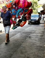 vendendo cor 1 (luyunes) Tags: bolas bales vendedoresderua ambulante luciayunes motomaxx