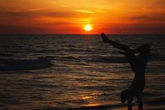 in libert (mat56.) Tags: tramonto sunset sole sun mare sea spiaggia beach ragazzo young boy giovane capriola somersault paesaggi landscapes torredellagopuccini viareggio lucca toscana tuscany estate summer antonio romei mat56 sky water