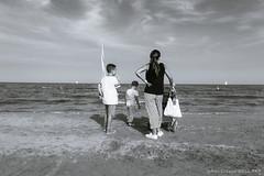 osservando l'orizzonte - observing the horizon (Luigi Pallara) Tags: canon eos 70d efs18135mm osservare see mare sea biancoenero blackwhite spiaggia beach persone people look orizzonte horizon