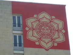 Obey : La dame de la rue Jeanne d'Arc (Archi & Philou) Tags: red streetart logo rouge obey paris13