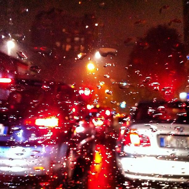 Pioggia su vetro e luci.
