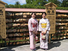Kimono (mbphillips) Tags: 日本 京都 kansai 関西 fareast 일본 asia アジア 아시아 亚洲 亞洲 mbphillips canonixus400 together two people gente 人 사람들 geotagged photojournalism photojournalist japan japón travel japon kyoto 교토