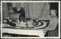Archiv G773 Weihnachten mit Modelleisenbahn, 1952 (Hans-Michael Tappen) Tags: archivhansmichaeltappen weihnachten weihnacht weihnachtsfoto tannenbaum christbaum christbaumschmuck weihnachtsgeschenke elektroeisenbahn eisenbahn kindereisenbahn junge boy bub trafo elektrik modelleisenbahn gardine fenster outfit fotorahmen 1950er 1950s 1952 pullover kleidung