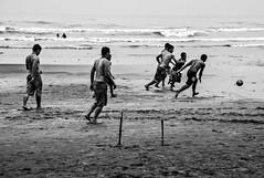 A bola foge... (felipe sahd) Tags: beach praia perube sopaulo brasil litoral oceanoatlntico futebol soccer pessoas 123bw noiretblanc