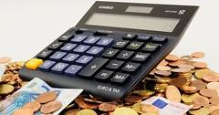 """Der Taschenrechner. Die Taschenrechner. Ein Taschenrechner liegt auf Geld. • <a style=""""font-size:0.8em;"""" href=""""http://www.flickr.com/photos/42554185@N00/29662429035/"""" target=""""_blank"""">View on Flickr</a>"""