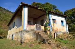 Casa  beira do caminho (Mrcia Valle) Tags: inverno juizdefora minasgerais brasil brazil brasile mrciavalle nikon d5100 nikkor70300mm casa casinha roa arquiteturabrasileira brazilianarchitecture house farm arquiteturaruralbrasileira