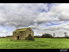 Casa das Relas (Paulo_Veiga) Tags: trees sky house tree verde green portugal nature grass clouds composition rural canon landscape geotagged photography eos photo europa europe flickr quiet foto decay natureza tripod group picture paisagem land nuvens fotografia geotag herb aveiro árvores biodiversity gafa barrack biodiversidade explored estarreja t2i bioria pauloveiga lens18200mm ilustrarportugal canon550d canoneos550d eosrebelt2i canonlens18200mm casadasrelas