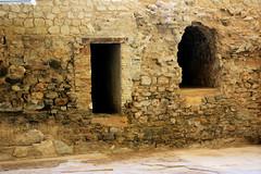 Ruinas casa de banho romana (Vera Schuck Paim) Tags: ruinas romanas nfora antiga casa de banhos romano little cat roman bains afrescos old colunas sacada ferro trabalhado casas rua street