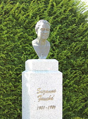 Epreville-prs-le-Neubourg - Suzanne Fauch (Philippe Aubry) Tags: statue buste normandie eprevilleprsleneubourg femme suzannefouch adapt eure