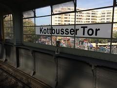 Berlin Marathon am Kottbusser Tor in Kreuzberg (Thomas Rossi Rassloff) Tags: berlin marathon am kottbusser tor kreuzberg sport foto kotti