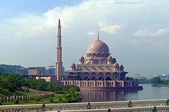The beautiful Putra Mosque in Putrajaya - Malaysia (Masjid Putra) (dorena-wm) Tags: bridge oktober house lake building architecture see minaret haus mosque malaysia architektur putrajaya brcke gebude menara 2012 gelnder moschee putramosque minarett masjidputra dorenawm