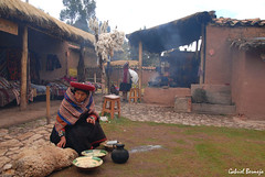 Reminiscencias incas - Chinchero (Gabriel Bermejo Muñoz) Tags: house color colour lana peru colors inca cuzco america casa colours market native cusco smoke colores mercado andes weaver humo andino spinner indigenous altiplano peruvian peruano peruana chinchero quechua vallesagrado indigena nativo tejedora hilandera sacretvalley