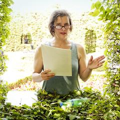 Jolanda Kooijmans draagt voor in de loofgangen