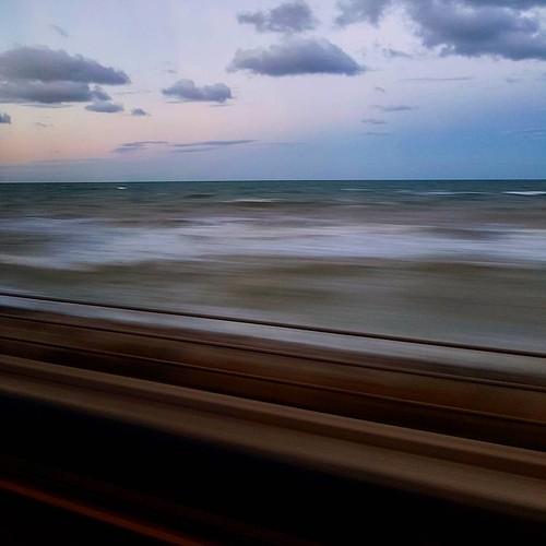 Un finestrino sul mare #belpaese #altavelocità #frecciarossa #viaggio #treno #sunset #tramonto #mare #finestrino #window #nuvole #clouds