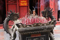 Hanoi: Templo de la Literatura (ILTI) Tags: vietnam hanoi templodelaliteratura confucio plegaria incienso