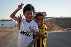 Smiles (Loic Marnat) Tags: portraits nikon saudi travelguide visittheworld peopleportrait acertainsmile d300s alquadimah