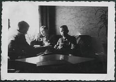 Archiv H168 Cafhausbesuch, 1930er (Hans-Michael Tappen) Tags: archivhansmichaeltappen jungen boys boy junge kaffeetasse tisch kleidung tapete wallpaper porzellantasse zimmerpflanze 1930er 1930s