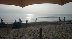 In attesa delle nebbie (_mc-) Tags: sole mare spiaggia acqua ombrellone onde persone riflessi sabbia orizzonte