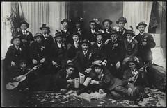 Archiv H178 Rekruten, 1900er (Hans-Michael Tappen) Tags: archivhansmichaeltappen rekruten kleidung outfit anzug gitarre atelierphoto atelierfoto hut hte zigarette 1900er 1900s