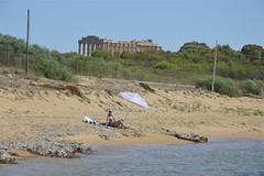 Marinella di Selinunte: la spiaggia e il tempio (costagar51) Tags: marinelladiselinunte selinunte castelvetrano trapani sicilia sicily italia italy storia arte natura mare anticando