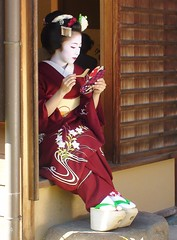 KIMIKA (Roselyne Calle Mirio) Tags: red portrait people japan catchycolors kyoto streetphotography 100v10f maiko geiko geisha japon travelphotography japanesewoman kimika colorfulworld cmwdred roselynecallemirio