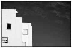 (Herv KERNEIS) Tags: noiretblanc bleu ciel stores espagne fentre blanc antenne barcelone immeuble trix400 catalogne pignon silverefexpro2 sonyrx100 voyagesaintlaurent