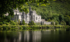 Kylemore Abbey, Ireland (vonHabsburg) Tags: ireland kylemoreabbey loch lough wood castle abbey water abtei schloss burg wald see wasser lake alt touristen tourists schn nice beautiful attraktion attraction ufer shore ferien holiday grn green