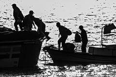 Transbordo (Ignacio M. Jimnez) Tags: mar sea barco boat ship gente people marineros sailors islacristina huelva andalucia andalusia espaa spain ignaciomjimnez matchpointwinner mpt505