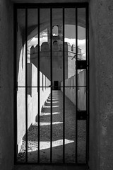 Torre encerrada (Jo March11) Tags: badajoz extremadura alcazaba alcazabadebadajoz torre almenas lneas sombras blancoynegro espaa spain monocromo monocromtico exterior ieletxigerra idoiaeletxigerra eletxigerra canon canoneos