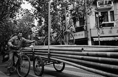* (Woods | Damien) Tags: china street blackandwhite smiling bike bicycle shanghai noiretblanc chinese streetphotography bamboo push chinoiserie flickrmeetup ricohgr1v ilfordxp2400super