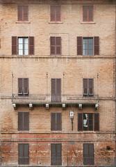 zoo XX. (Hoyuela) Tags: windows italy facade canon ventana eos rebel kiss italia siena toscana fachada 18200mm xti 400d