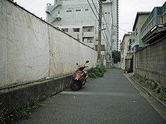 IMG_0806 (bosscoff) Tags: canon powershota710 a710 a710is japan tokyo 江東区 江東区大島 路地 alley スクーター motorscooter sss