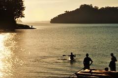 silhuetas e nova semana (Ruby Ferreira ) Tags: dam represabillings silhuetas silhouettes ripples sunset prdosol tress kayak caiaque fishermen pescadores sparkling