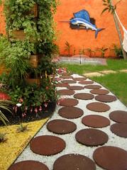 Meu coração na curva, batendo a mais de 100... (Zan Moreno) Tags: flores plantas natureza estrada jardim rua caminhos decoração exposição cantinho caixotes holambrasp