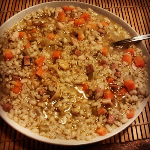 Zuppa calda italocinese con tante cosine: orzo, pancetta, germogli di soia, carote,...