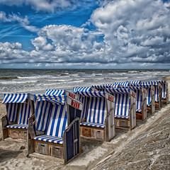 roofed wicker beach chairs, waiting for better weather (MAICN) Tags: 2016 roofedwickerbeachchair urlaub roofwidgets strandkrbe nordsee wolken norderney northsea sommer clouds himmel meer strand beach