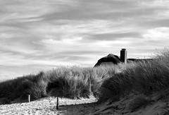 das Haus (Wunderlich, Olga) Tags: ostsee sand strand licht schatten deutschland mecklenburgvorpommern landschaft landscape natur nature schornstein reetdachhaus dnen