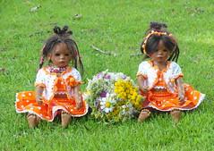 Blumenkinder ... (Kindergartenkinder) Tags: dolls himstedt annette kindergartenkinder park garten blume blumenbeet personen gruppenfoto kind outdoor blumen leleti