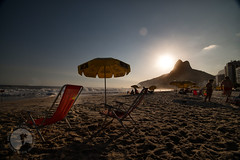 Leblon - Rio de Janeiro (Fotografia de Cotidiano) Tags: sol praia beach riodejaneiro mar areia orla leblon doisirmos praiasdorio praiascariocas pordosolnoleblon