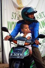 2009_04_15_9999_235fr (Mangiwau) Tags: road street portrait people indonesia java shots candid sidewalk jakarta raya jalan scenes indonesian parung orang manusia putih conditions sunda masyarakat tangerang pinggir cempaka kabupaten banten kecamatan motret ciputat pamulang tangsel