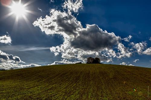 Sotto la Maiella - Casa e nuvole HDR