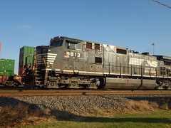 Ns 9813 slowly making its way (KingSquab) Tags: ns norfolk southern enigne 9813
