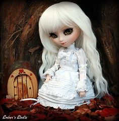 Tree house (pure_embers) Tags: door uk autumn white house tree leaves de eyes doll acrylic dolls fairy wig pullip dolly luts pure elodie secrets embers blois keeper gosick faeiry victorique