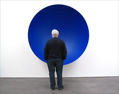 Anish Kapoor (YIP2) Tags: blue white art netherlands museum mirror steel minimal kapoor tilburg anishkapoor sculptures depont watchers museumwatchers museumdepont
