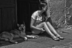 Working (R.D. Gallardo) Tags: canon eos 600d retrato raw robado bw blanco black bn negro white santillana mar chica mujer perro dog husky